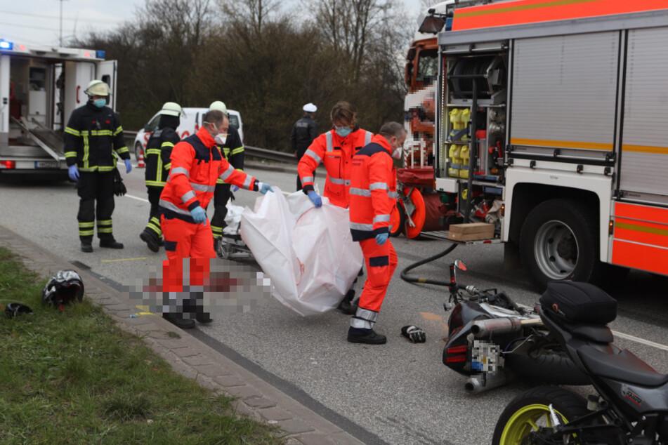 Junger Biker stirbt bei Crash mit Laster, Mitfahrer müssen alles mit ansehen