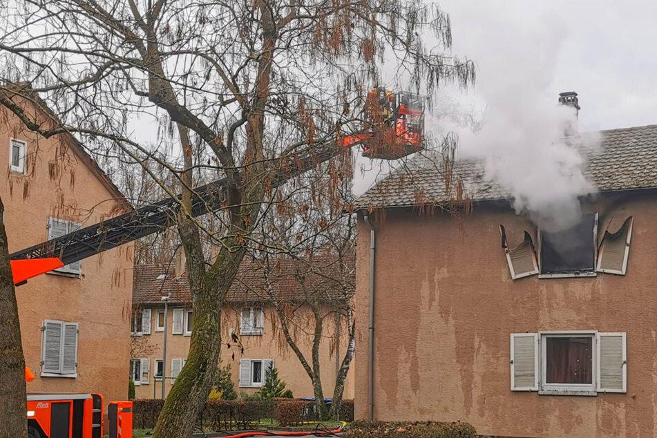 Feuer-Drama in Karlsruhe: Mann (73) springt aus brennender Wohnung