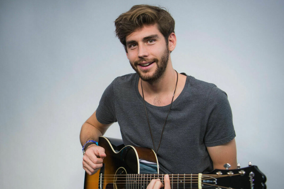 Alvaro Soler (30) spielt auf seiner Gitarre. Seine ersten musikalischen Erfahrungen sammelte der Sänger in japanischen Karaokebars, wie er in einem Interview verriet. (Archivfoto)