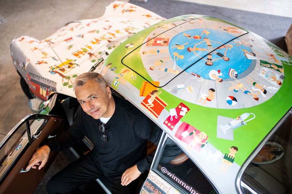Künstler Gehrke hat den Porsche des Oldtimer-Experten in fünfwöchiger Arbeit mit Wimmelbildern in Acrylfarbe bemalt und damit den ersten Wimmelporsche geschaffen