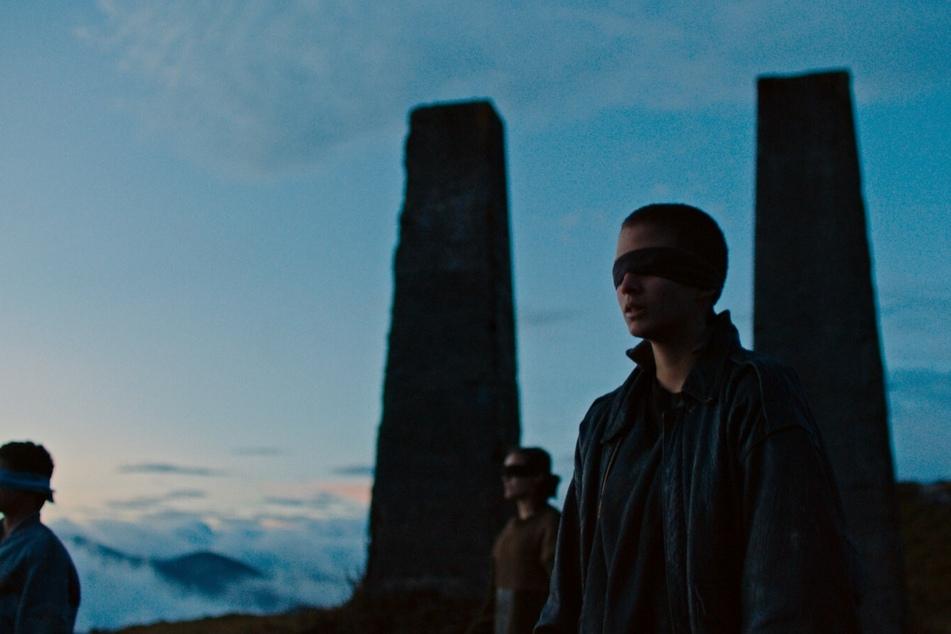Zu Beginn des Films sieht man die jugendlichen Guerillakämpfer beim Fußballspiel mit verbundenen Augen.