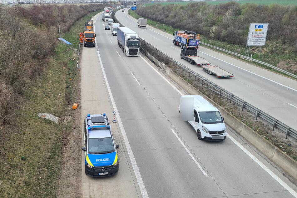 Das Fahrzeug war über den Grünstreifen gerast und hatte dabei ein Schild und eine Notrufsäule überfahren.