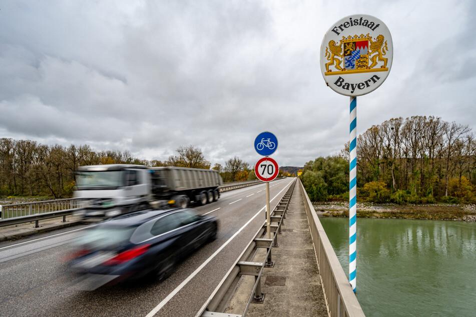 """""""Freistaat Bayern"""" steht auf einem Schild an der Grenze zwischen Deutschland und Österreich."""