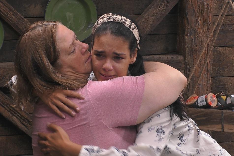 Elene (r, 26) ist mit den Nerven am Ende und lässt sich von Cathy (57) trösten.