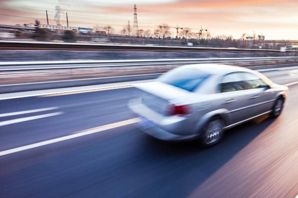 Der 36-Jährige konnte sein Auto trotz des geplatzten Reifens unter Kontrolle halten. (Symbolbild).