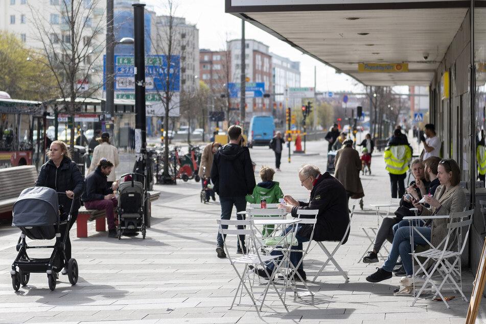 Menschen sitzen im Stadtzentrum vor einem Eiscafe. Einige Restaurants haben nun aber dicht, weil sie sich nicht an die Auflagen in der Corona-Krise gehalten haben.
