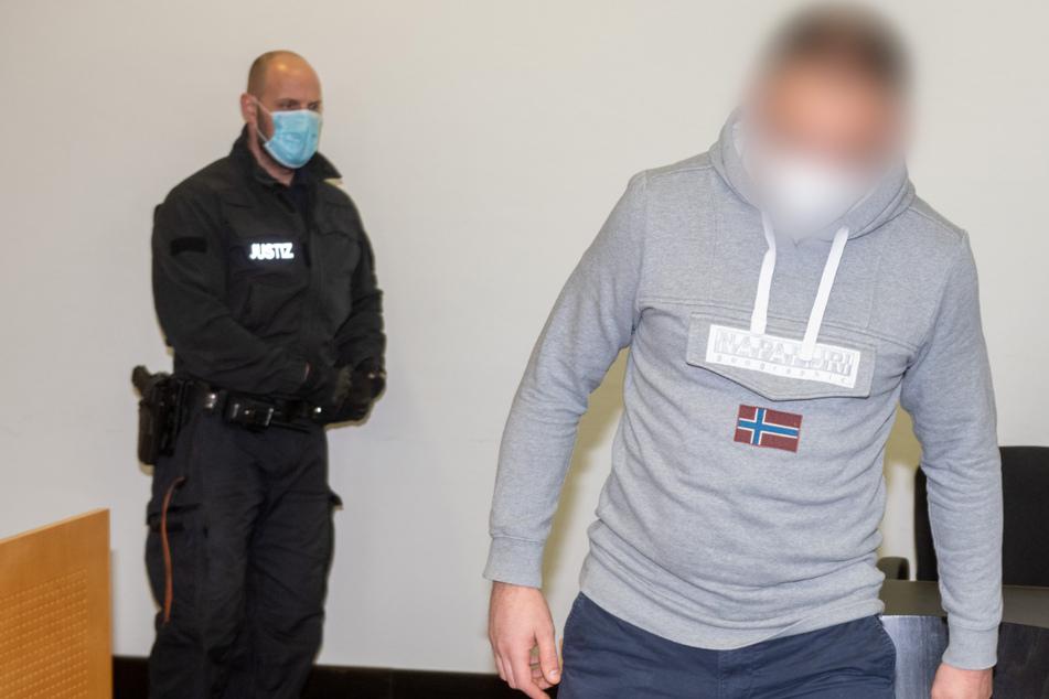 Der Angeklagte (r) geht im Strafjustizzentrum zur Anklagebank. Der Angeklagte soll zwei Jugendlichen Drogen verkauft haben, an denen die beiden zu Tode kamen.