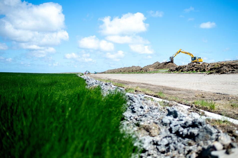 Ostfriesland: Deichabschnitte wurden diesem Jahr erhöht. In einem jahrelangen Bauvorhaben werden im Gebiet der Deichacht Krummhörn die Küstenschutzbauwerke verstärkt.