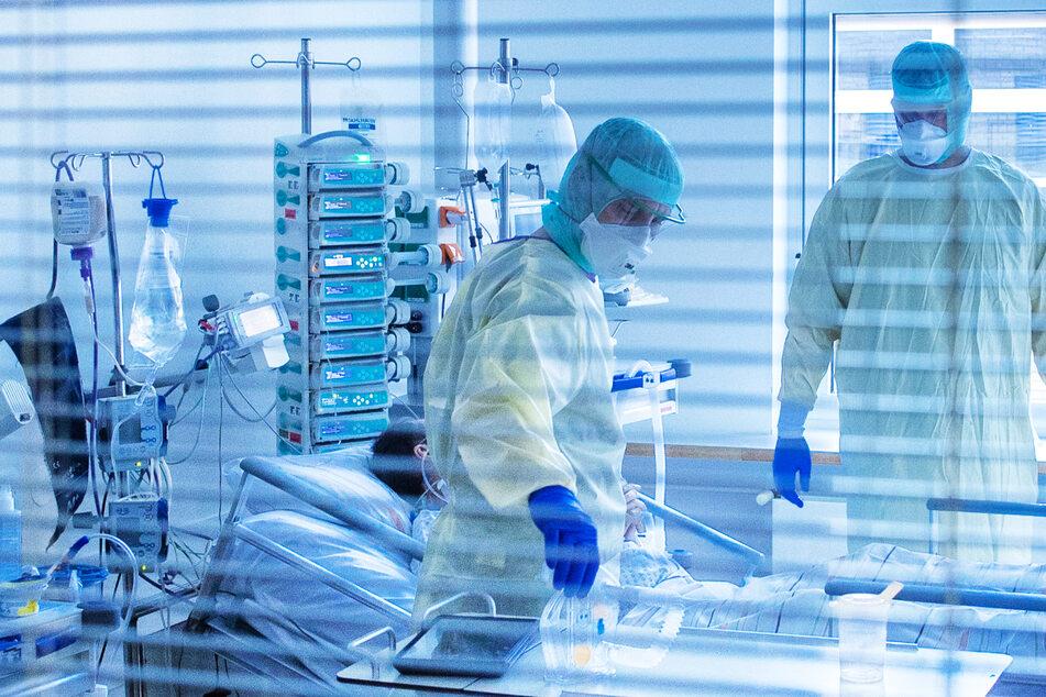 Mediziner versorgen einen an Covid-19 erkrankten Patienten – die vierte Welle der Coronavirus-Pandemie dauert in Hessen weiter an.