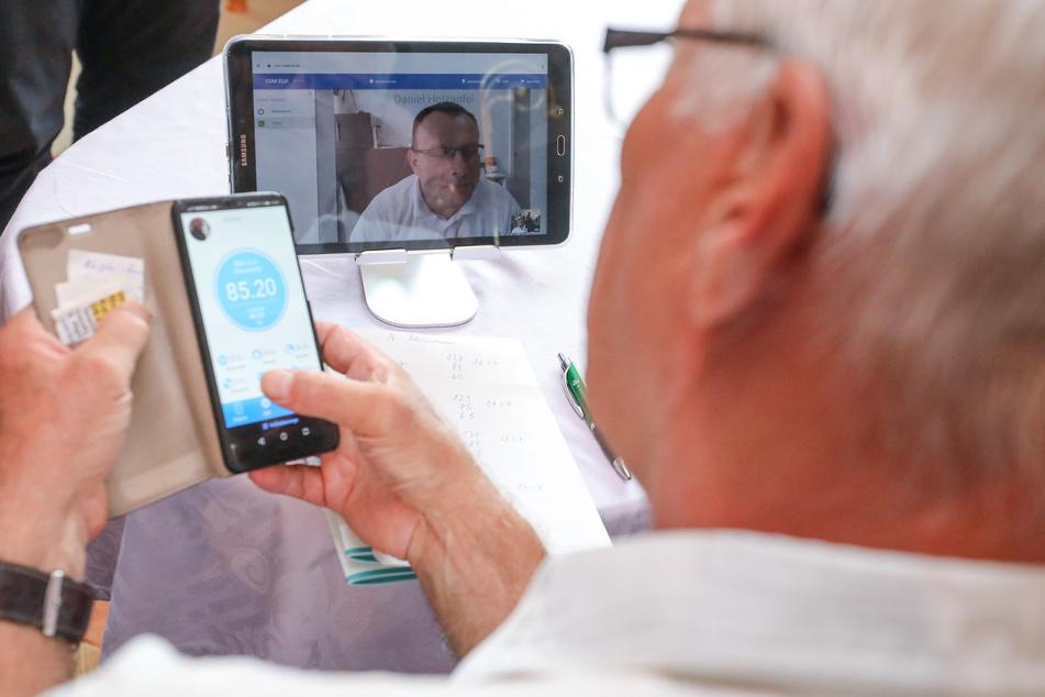 Ein Rentner spricht per Videoanruf mit seinem Hausarzt. (Symbolbild)
