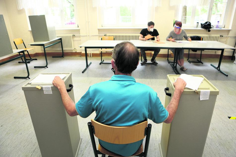 Wahltag-Einsatz: Freiwillige Helfer wachen über die ordnungsgemäße Durchführung der Wahlen.