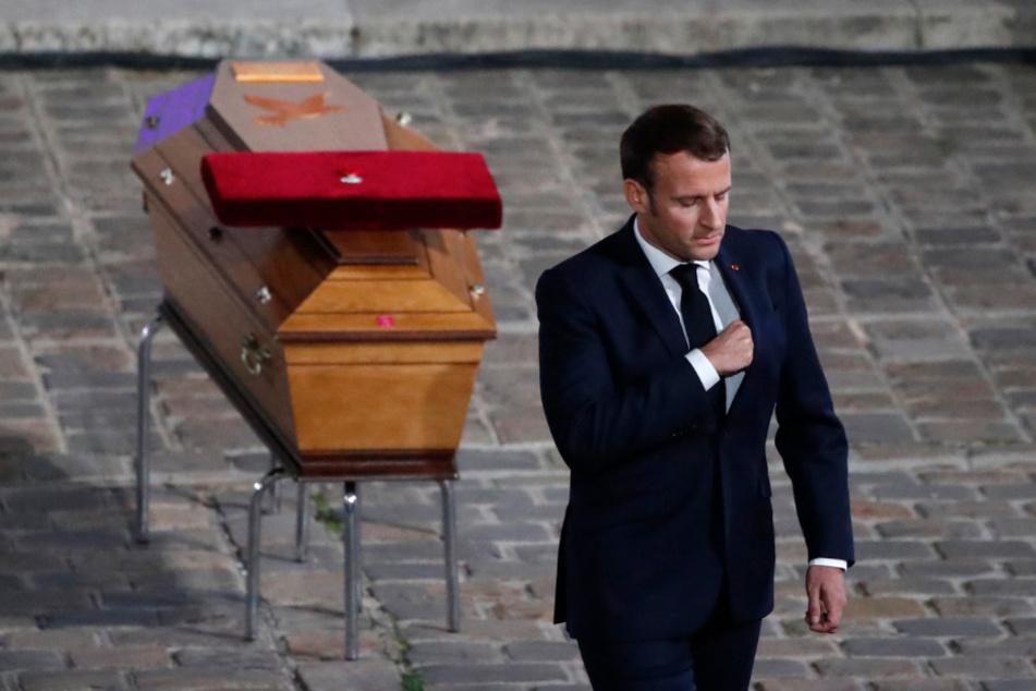 Oktober 2020: Staatspräsident Emmanuel Macron verlässt den Sarg des ermordeten Lehrers Samuel Paty während einer nationalen Gedenkveranstaltung im Innenhof der Universität Sorbonne, nachdem er ihm die letzte Ehre erwiesen hat.
