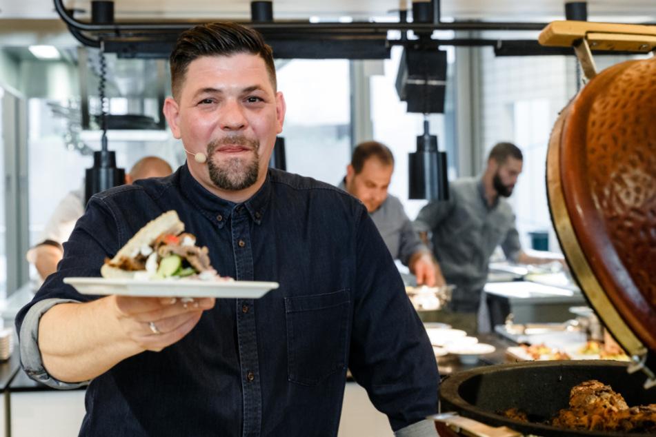 TV-Koch Tim Mälzer gibt während der Coronakrise Essen an die Helfer aus. (Symbolbild)
