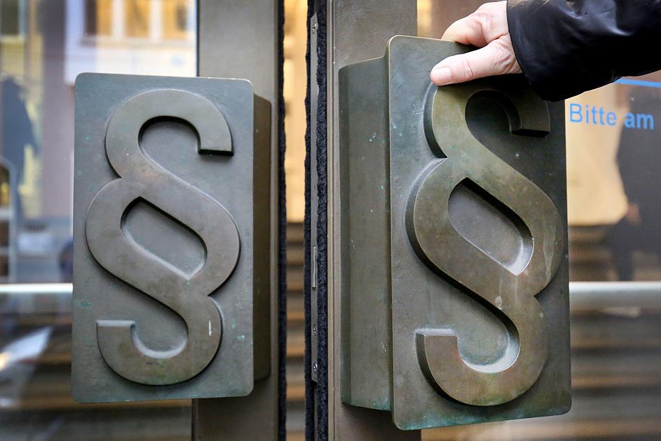 Aus Mitleid: Überforderter Sachbearbeiter soll Antragstellern Geld geliehen haben