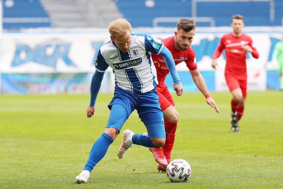 Magdeburg-Kicker Sören Bertram (29, links) und FSV-Mittelfeldmann Can Coskun (23) im Zweikampf.