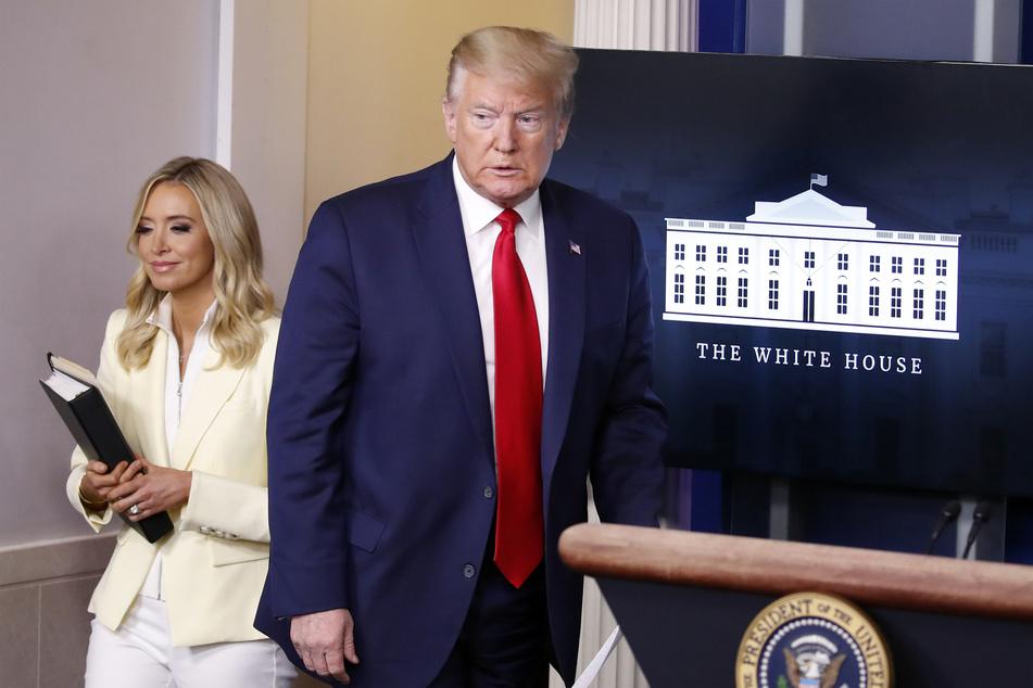 Donald Trump (r), Präsident der USA, und Kayleigh McEnany, Pressesprecherin des Weißen Hauses.