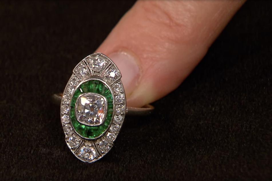 Schätzungen der Expertin zufolge wurde der Ring zwischen 1910 und 1920 gefertigt. Er besticht durch seine grünen Smaragde und den leuchtenden geradezu Diamanten.
