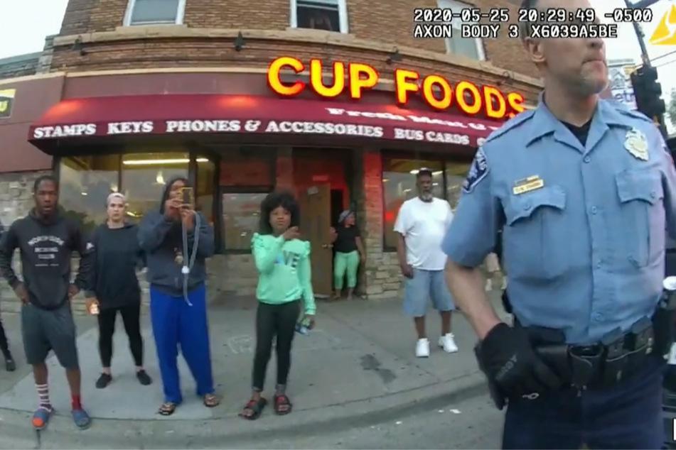 Das Standbild zeigt den ehemaligen Polizisten Derek Chauvin am 25. Mai 2020 außerhalb des Restaurants Cup Foods.