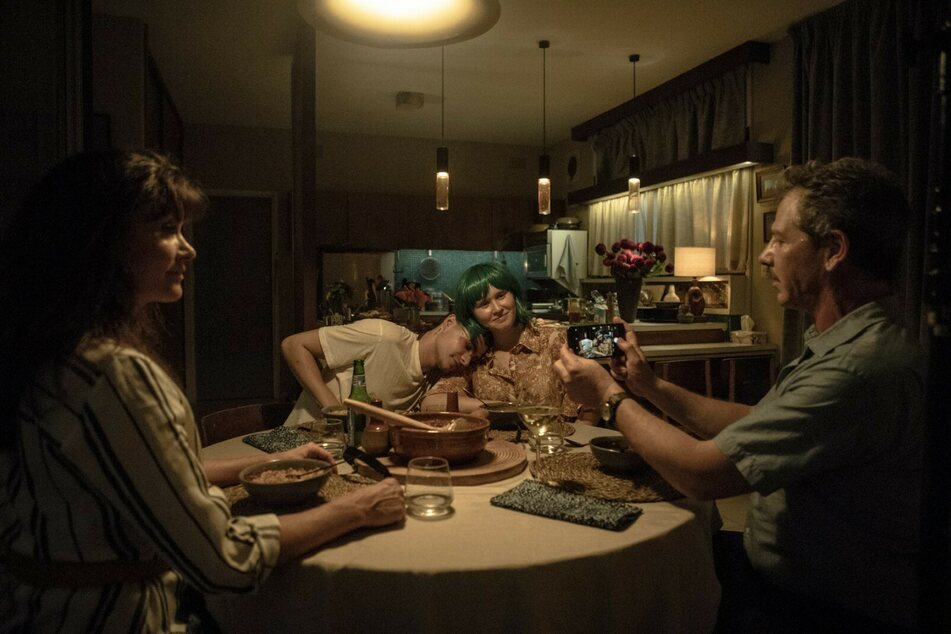 Milla (Eliza Scanlen) stellt Moses (Mitte l., Toby Wallace) ihren Eltern Anna (l., Essie Davis) und Henry (r., Ben Mendelsohn) vor.