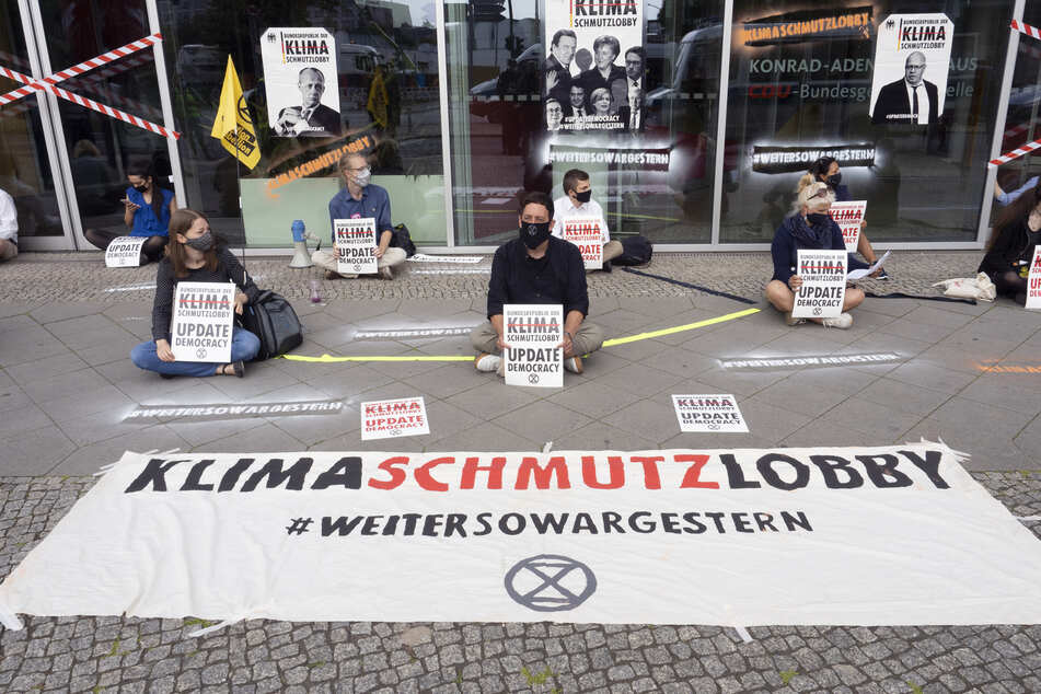 Die Umweltaktivisten von Extinction-Rebellion demonstrieren vor der CDU-Parteizentrale in Berlin.