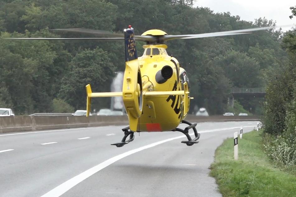Ein Rettungshubschrauber brachte den lebensbedrohlich verletzten Fahrer in eine Klinik.