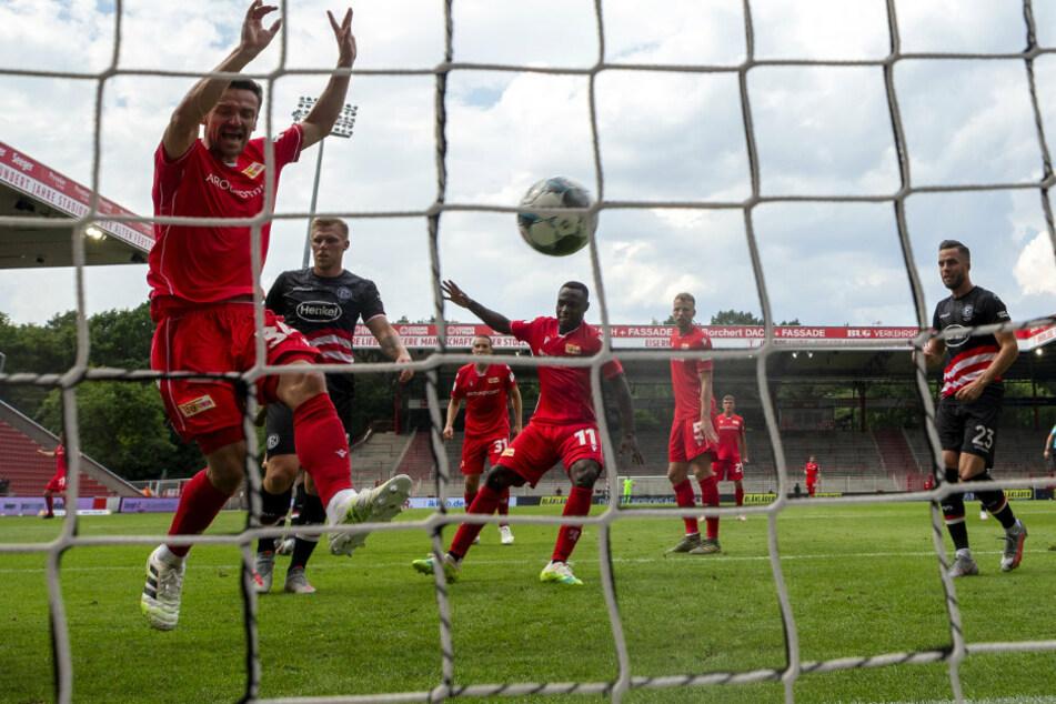 Anthony Ujah (M) von Union Berlin erzielt den ersten Treffer seiner Mannschaft.