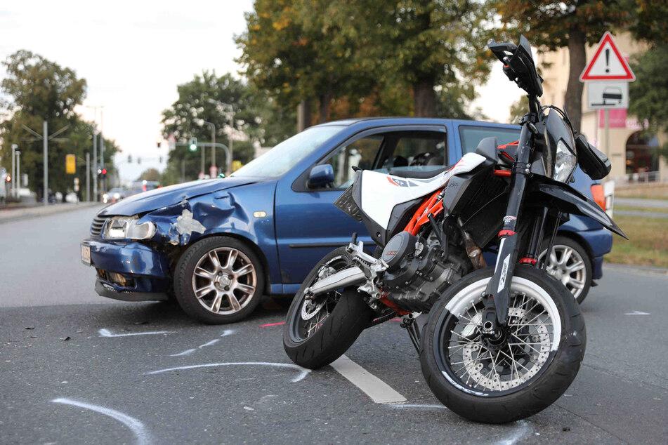 Der Autofahrer übersah ein Motorrad und stieß mit diesem zusammen.