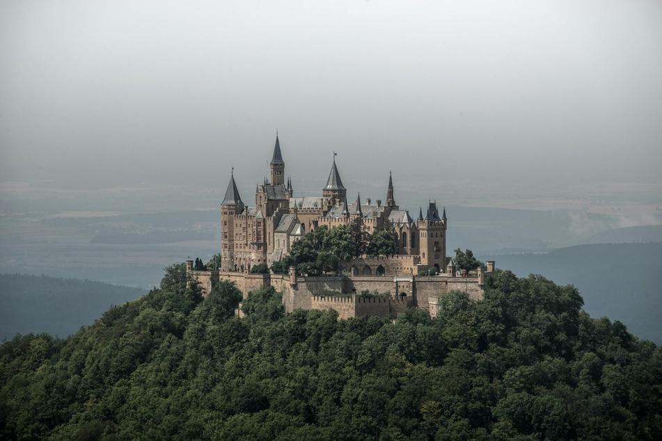 Eindrucksvoll erhebt sich die Burg Hohenzollern aus den Wäldern der Schwäbischen Alb.