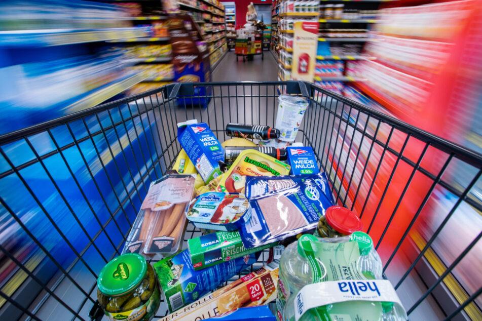 Diebe wollen mit vollgepacktem Einkaufswagen Supermarkt verlassen
