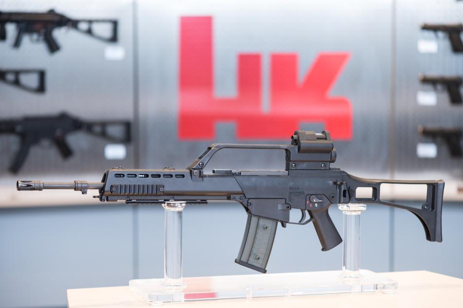 Das Sturmgewehr G36 steht beim Waffenhersteller Heckler & Koch in einem Ausstellungsraum.