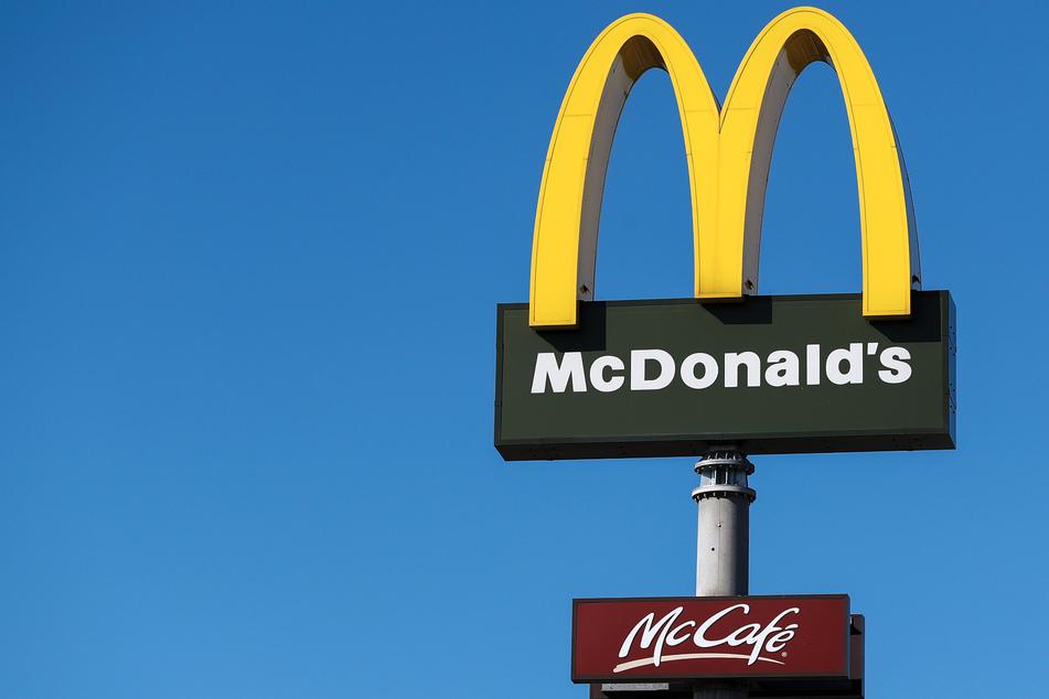 """Für einen Mitarbeiter der Fastfood-Kette McDonald's gab es eine unangenehme Begegnung mit Betrügern, die sich als """"zivile Polizisten"""" ausgaben und ihn ausraubten."""
