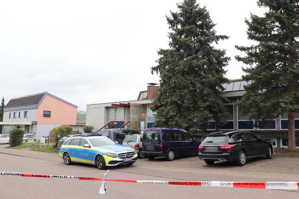 Waldstetten, am 14. Oktober 2020: Der Tatort ist mit Flatterband abgesperrt, ein Streifenwagen steht vor der Behindertenwerkstatt.