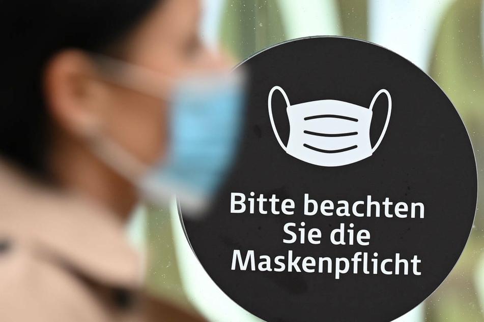 Vorerst will das Land Hessen an der Maskenpflicht im Einzelhandel festhalten.