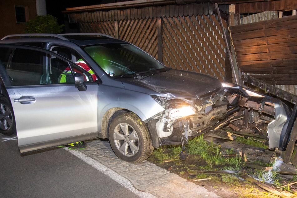 Fahrerin rast in Grundstück, demoliert Zaun und Carport: War sie betrunken?