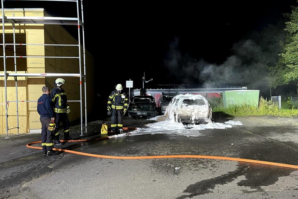 Die Kameraden konnten das Feuer schnell löschen. Wer das Übungsauto der Hennefer Feuerwehr in Brand gesteckt hatte, blieb zunächst unklar.
