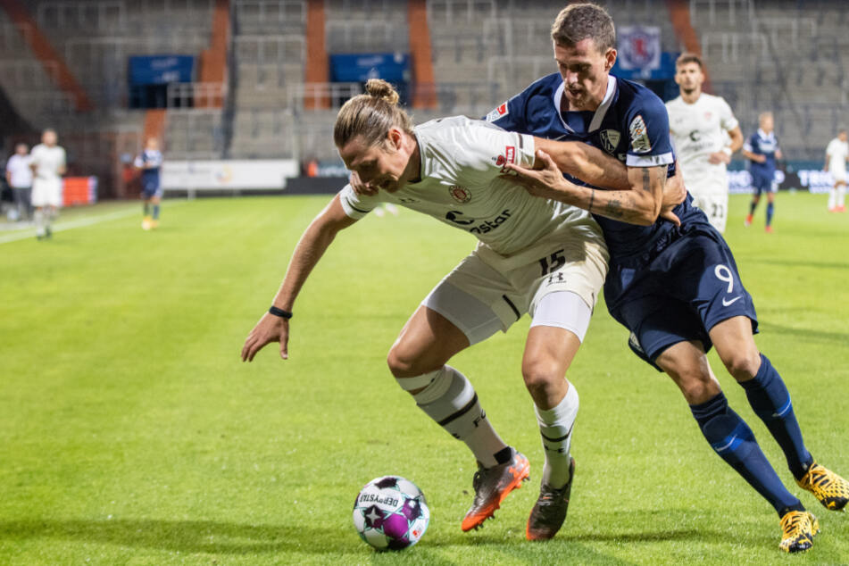 St. Paulis Daniel Buballa (l.) im Zweikampf mit Simon Zoller vom VfL Bochum.