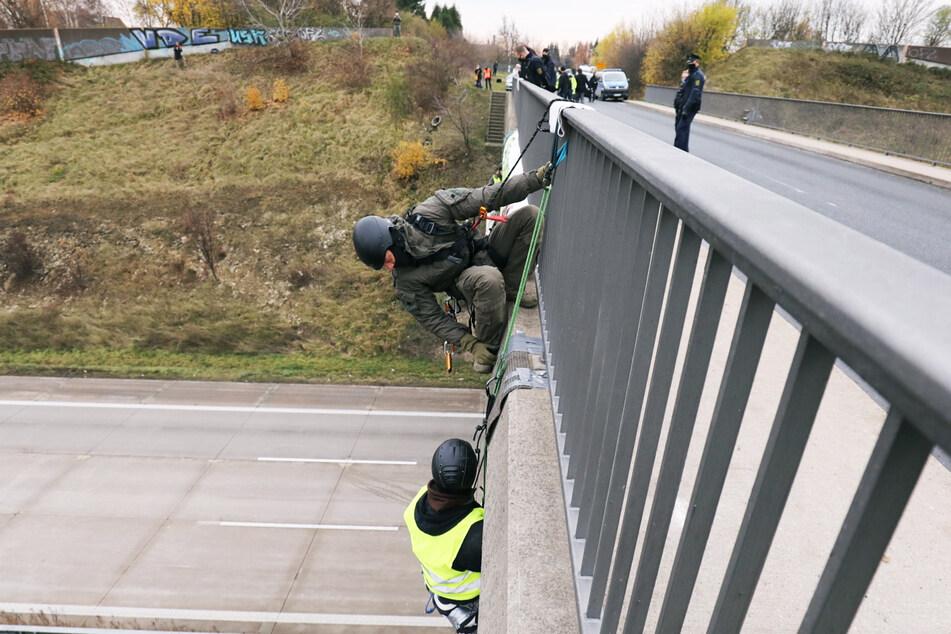 Ein Beamter des SEK bereitet sich auf die Räumung der Brücke über der A4 vor.