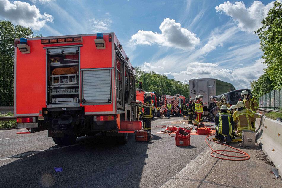Nach einem schweren Unfall mit zwei Verletzten (15, 45) auf der A555 bei Köln-Godorf ist die Autobahn in Richtung Bonn am Montag gesperrt worden.