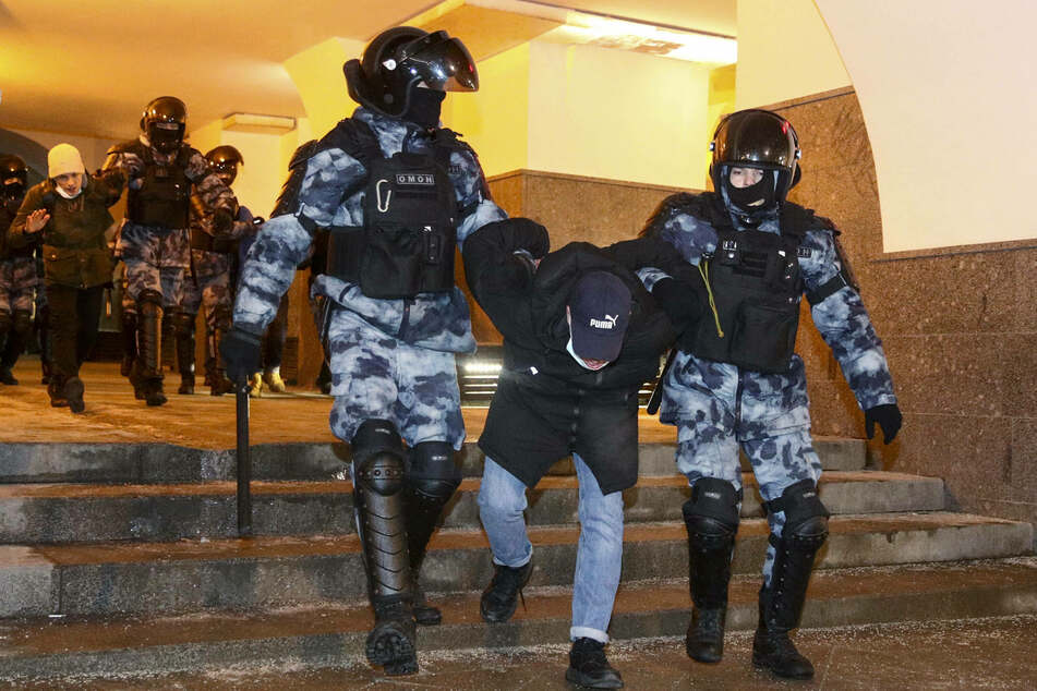 Russian lawmakers impose crushing fines on anti-government protesters