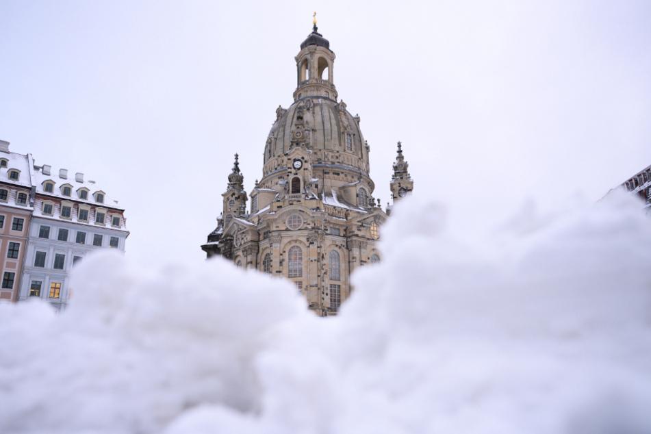 Dresden: Schnee liegt auf dem Neumarkt vor der Frauenkirche.