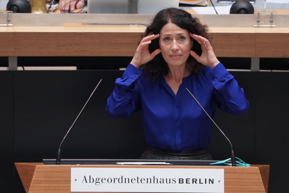 Die Grünen-Politikerin Bettina Jarasch (52) schließt die Rückkehr zur Verbeamtung der Lehrer in Berlin nicht aus.