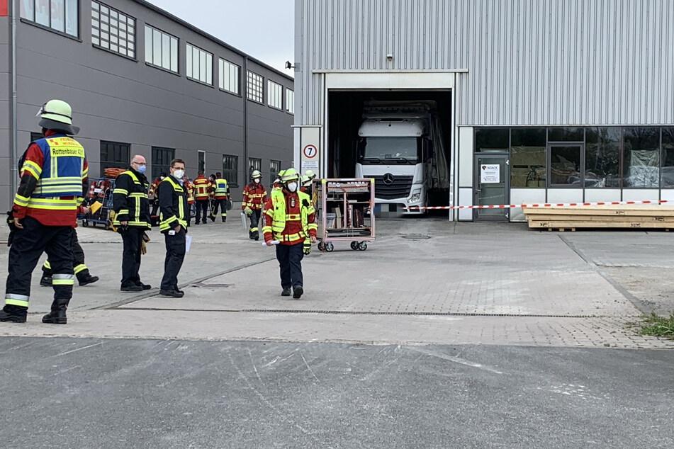 Am Dienstag mussten Einsatzkräfte der Feuerwehr auf dem Gelände eines Paketzustellers anrücken.
