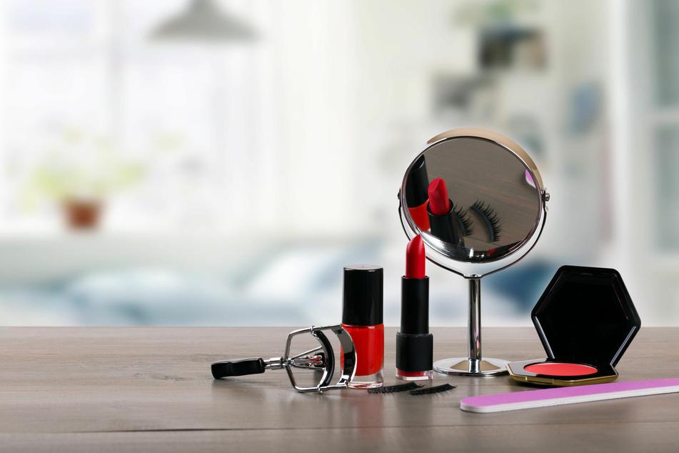 Zur täglichen Schmink-Routine gehören Make-up, Lippenstift, Spiegel und Wimpernzange dazu. (Symbolbild)