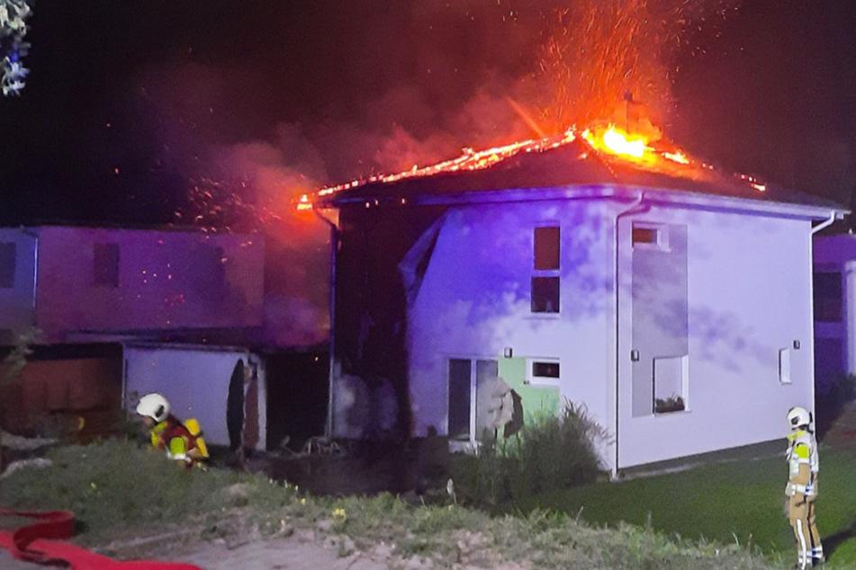 Dresden: Nächster Wohnhausbrand in Dresden: Flammen fressen sich bis zum Dach
