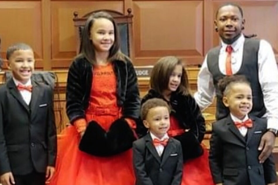From l. to r.: Robert Jr. (9), Marionna (10), Kiontae (4), Makayla (8), and Giovanni (5) with their adoptive father Robert Carter (29).