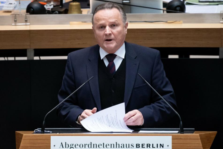 Georg Pazderski (AfD) spricht bei der Sondersitzung im Berliner Abgeordnetenhaus.