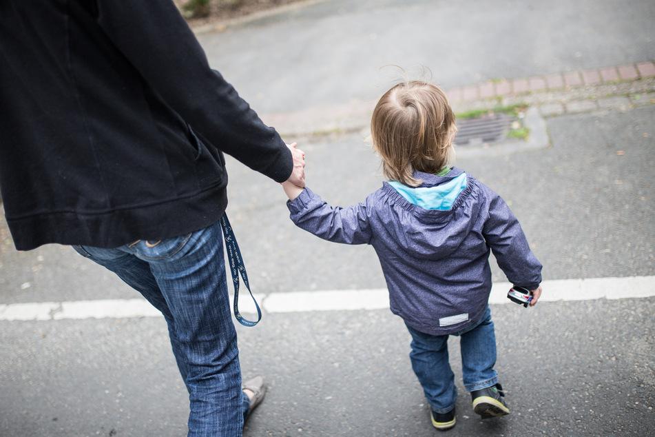 Im Herbst sollen bedürftige Familien pro Kind einen Bonus von 100 Euro erhalten. (Symbolbild)