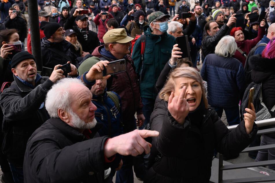 Ohne Abstände und Masken sammelten sich trotz Verbots über 1000 Pandemie-Leugner in Dresden.