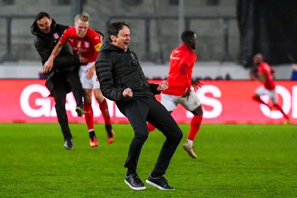 Riesengroße Erleichterung bei HFC-Coach Florian Schnorrenberg (43, v.): Sein Team bewies große Moral und drehte ein verloren geglaubtes Spiel in den letzten Minuten noch.