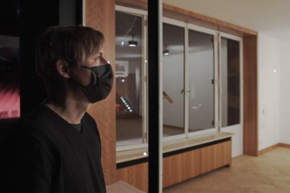 Künstler wollte darin Mensch öffentlich sterben lassen: Umstrittene Installation im Live-Stream
